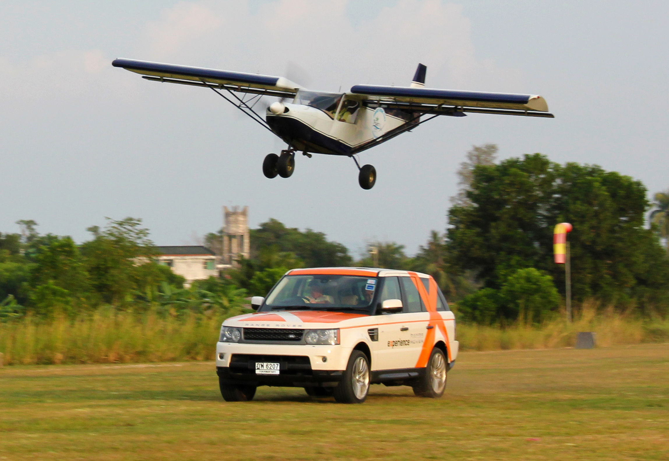 Zenair vs Land Rover Air Race 2011
